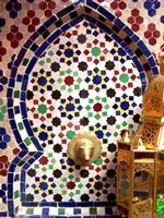 Marokkanische Mosaiktische & Brunnen